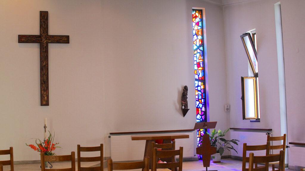 In der Kapelle der Soeurs de Saint Paul de Chartres beim Hauptgebäude in Porrentruy beten nicht nur die Schwestern. Am Abend kommen auch Menschen aus der Umgebung, die den Gottesdienst mit ihnen feiern. Die Schwestern singen viel während dieser Gottesdienste – immer wieder auch im Solo.