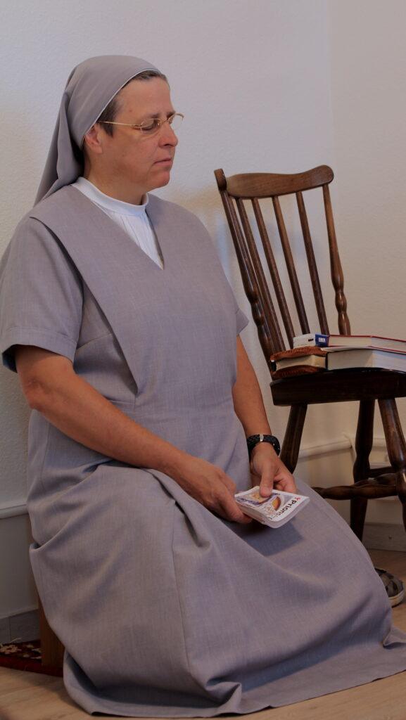 Soeur Ursula betet hier am Morgen im kleinen Gebetsraum im Haus in Boncourt kniend.