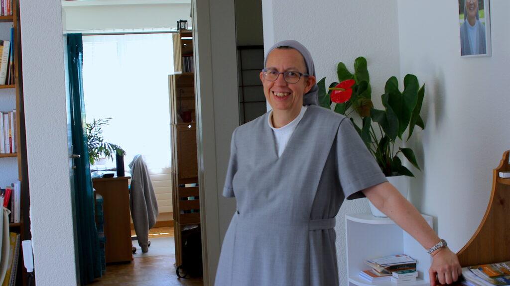 Soeur Véronique lebt zusammen mit Soer My-Lan und Souer Denize in der Wohnung in La Chaux-de-Fonds. Mit ihrem elektrischen Roller fährt sie durch La Chaux-de-Fond und durch die Umgebung zur Arbeit.