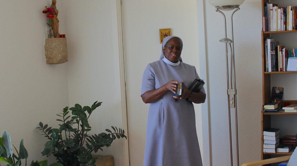 Soeur Denize bereitet die Liederbücher für das Gebet vor. Im kleinen Raum hinter ihr beten und singen die drei Schwestern jeden Tag.