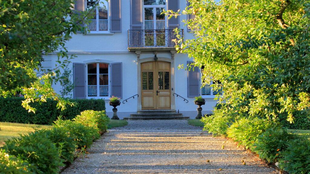 Das Hauptgebäude in Porrentruy ist umgeben von einem wunderschönen, blühenden Park. Die Schwestern bauen darin auch viel Gemüse für den Eigengebrauch an.