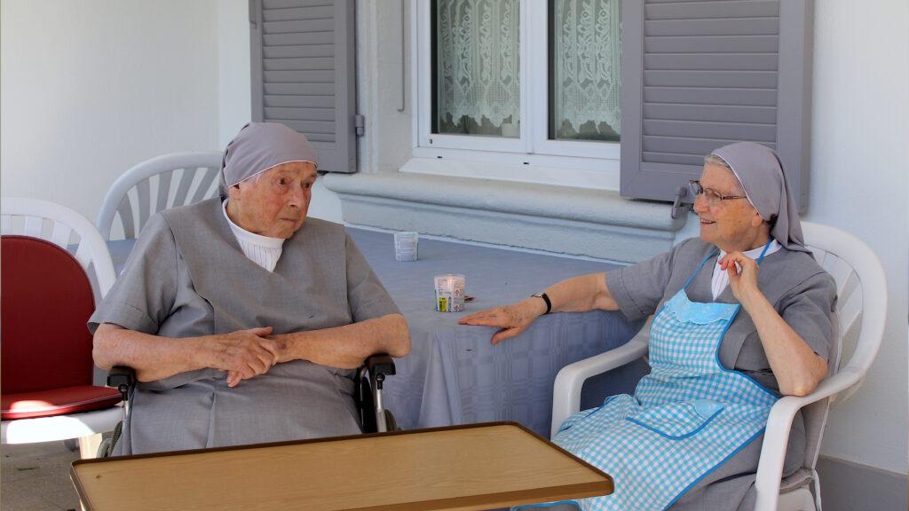 Soeur Marie (links) und Soeur Mirjam (rechts) geniessen draussen vor dem Haus in Porrentruy die Sonne.