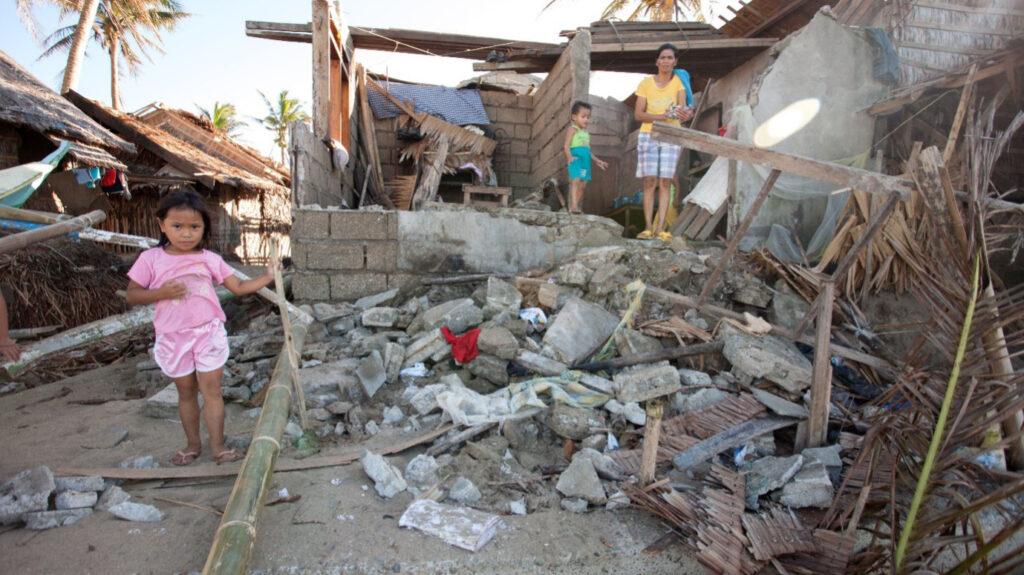 Schwere Sturmschäden nach einem Taifun in einem Fastenopfer Projekt, Philippinen. © Fastenopfer, Bob Timonera