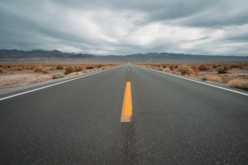 Strasse im Death Valley ins Nichts. © Karsten Winegeart, unsplash