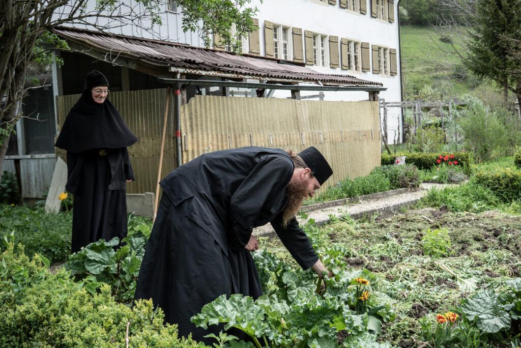 Im ehemaligen Benediktinerkloster in Beinwil pflegen seit Januar 2019 vier orthodoxe Ordensleute ihren Garten. © Vera Rüttimann